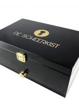 Een klassieke zwarte scheerkist in hoogglans zwart pianolak, goudkleurig logo en hang en sluitwerk - Voorzien van 110 graden kantelbare spiegel.